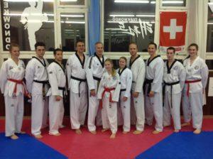 Meine neuen (roter Gürtel) und älteren Blackbelts. Vlnr. Rahel, Burim, Mitch, Ludwig, Mark, Nathalie, Ramona, Daniel, Raffael, Adrian, Chiara